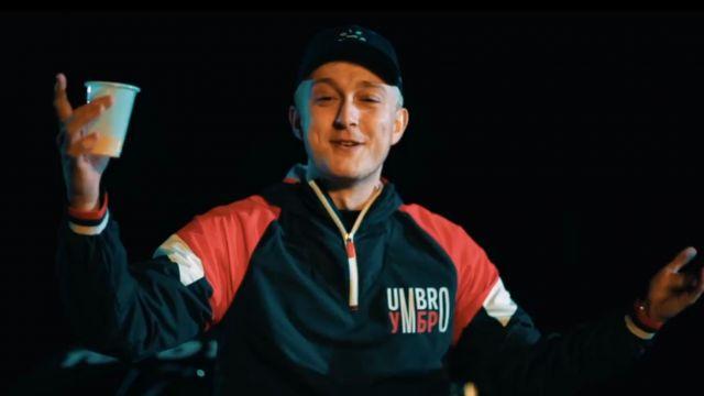 La veste Umbro de Vald dans le clip Valise (feat. Hornet La Frappe)
