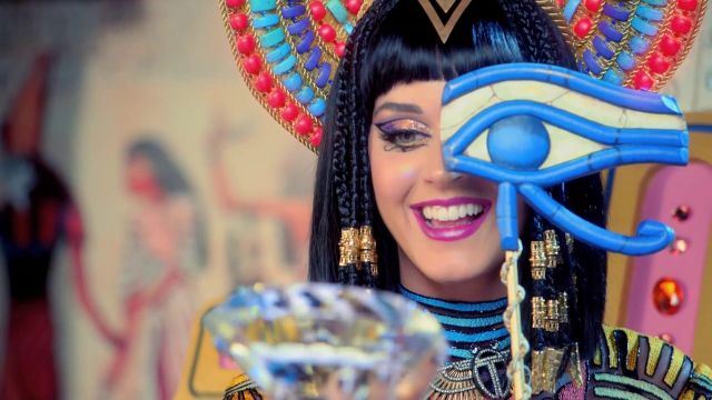The crown and the scepter of Katy Perry in her music video Dark Horse