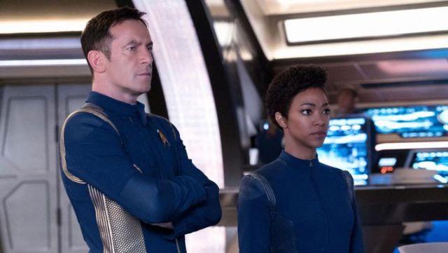The blue uniform Starfleet Captain Gabriel Lorca (Jason Isaacs) in Star Trek, Discovery S01E08
