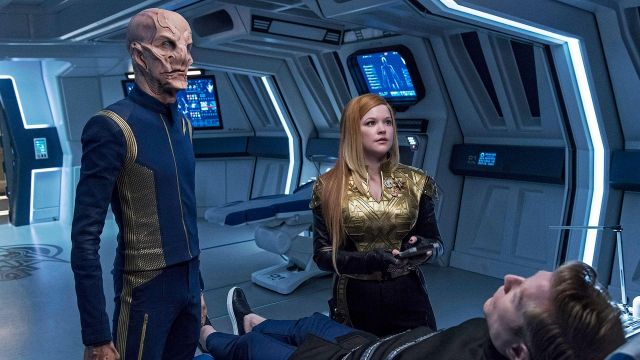 The uniform of the StarFleet blue of the scientific officer and second in command of the Discovery, Saru (Doug Jones) in Star Trek, Discovery S01E11