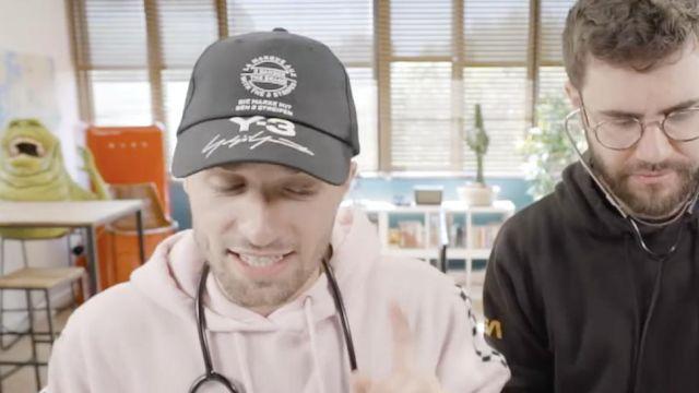 """La casquette noire avec logo Y-3 portée par Squeezie (Lucas Hauchard) vu dans """"Plagiat ou pas plagiat ?"""""""