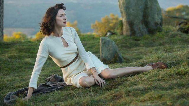 The white dress of Claire Randall (Caitriona Balfe) in Outlander S01E01