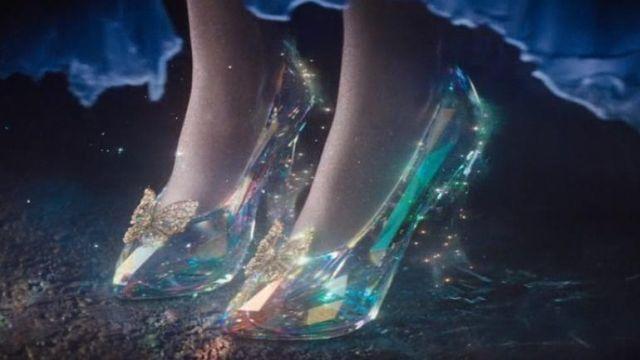 Les pantoufles de verre de Cendrillon (Lily James) dans le film Cendrillon