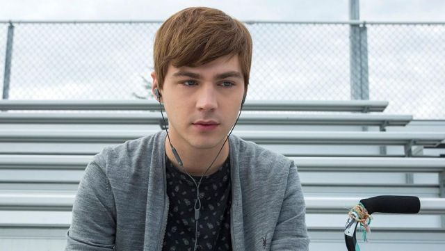Headphones Bose grey Alex Standall (Miles Heizer) on a picture promo of season 2 of 13 reasons Why