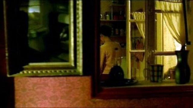 The table Rabbit on a Train for Michael Sowa in Amélie Poulain (Audrey Tautou) in The fabulous destiny of Amélie Poulain