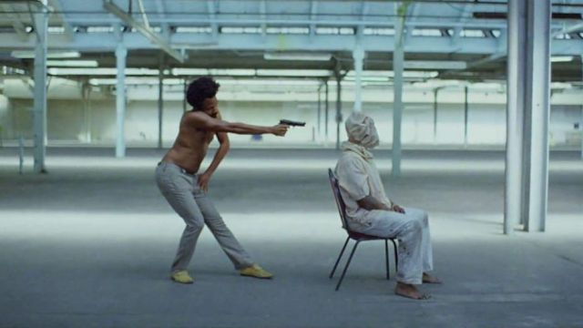 Les mocassins jaunes de Donald Glover dans le clip This is America de Childish Gambino