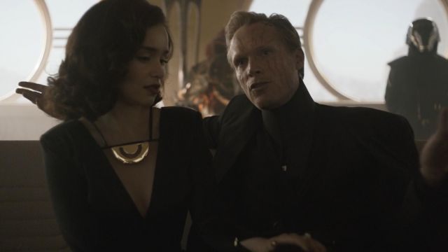 The golden necklace of Qi ra (Emilia Clarke) in Solo : A Star Wars Story