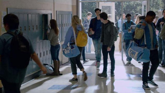 Les sneakers en cuir noires Converse de Clay Jensen (Dylan Minnette) dans 13 Reasons Why S02E01