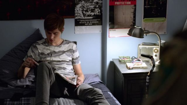 The striped t-shirt camouflage Alex Standall (Miles Heizer) in 13 reasons Why S02E01