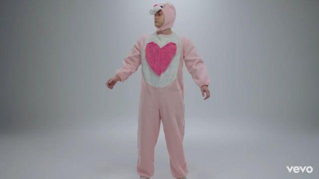 Le costume félin rose de Vald dans le clip Désaccordé