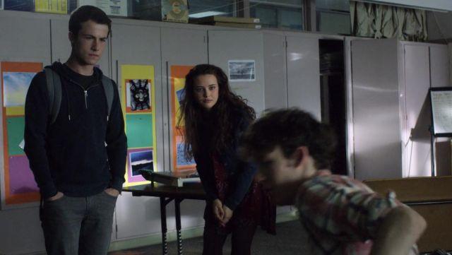The sweatshirt zipped half-H&M Clay Jensen (Dylan Minnette) in 13 reasons Why S02E02
