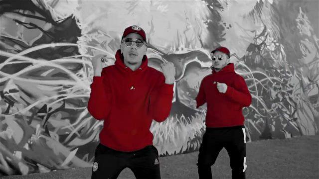 Le sweatshirt rouge Rewind classic porté par Mister V dans son clip TOP ALBUM