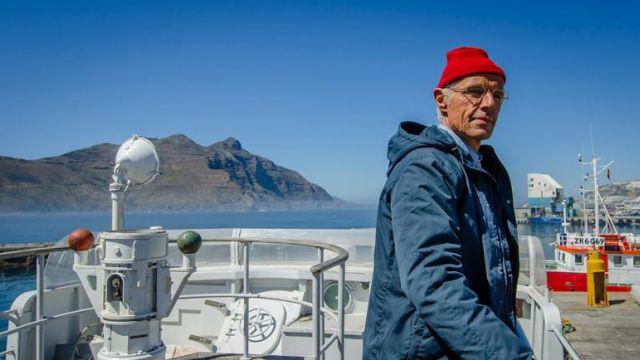 Le nonnet rouge en laine de Jacques-Yves Cousteau (Lambert Wilson) dans L'odyssée