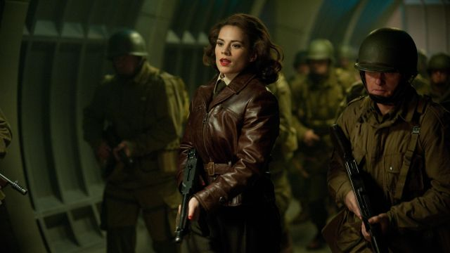 The leather jacket brown of Peggy Carter (Hayley Atwell) in Captain America : The First Avenger