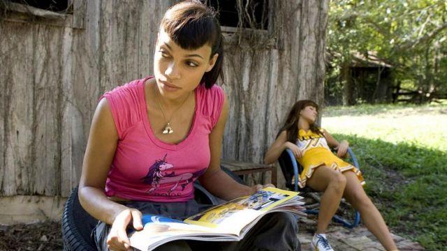 Le t-shirt rose Licorne de Abernathy (Rosario Dawson) dans Boulevard de la mort