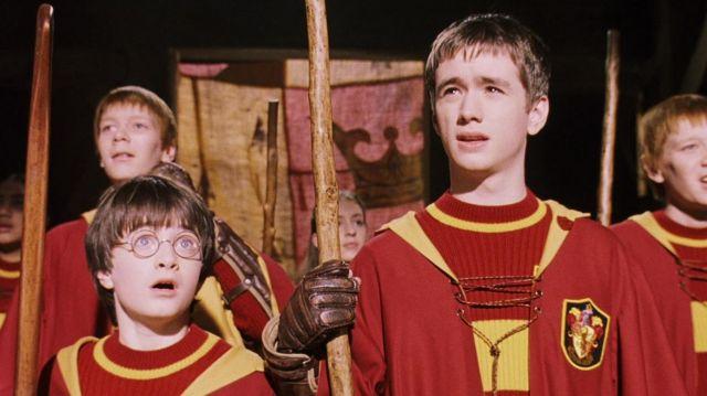regard détaillé recherche de véritables chercher Le pull Gryffondor de Quidditch porté par Harry Potter ...