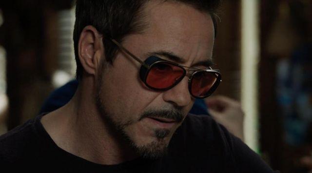 Les lunettes de soleil rouges de Tony Stark (Robert Downey