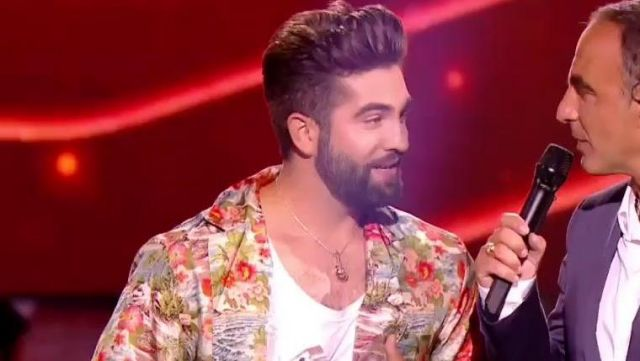 The pendant guitar gold of Kendji Girac at The song of the year for the 08.06.2018