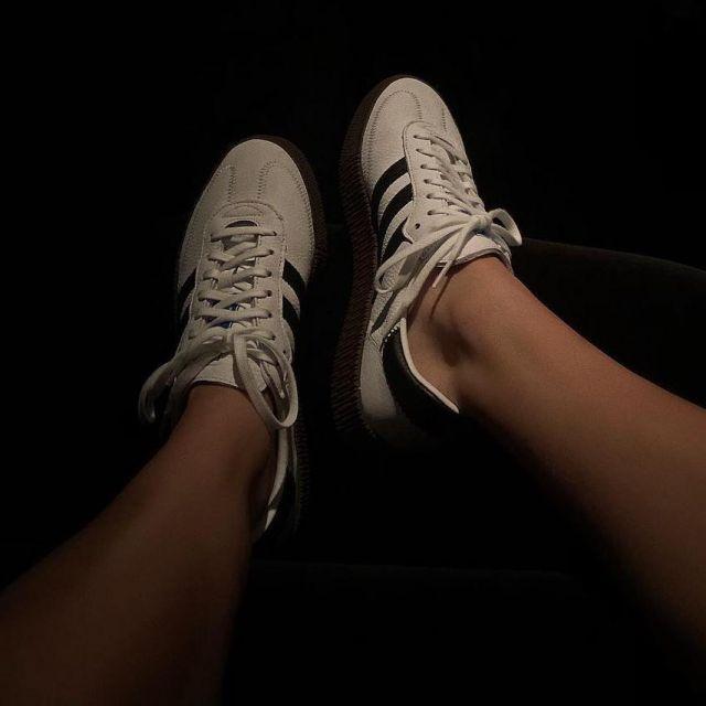 Les baskets blanches Adidas Samba avec rayures noires de Kendall Jenner sur son compte Instagram