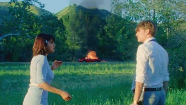 """Le pull bleu pastel de Selena Gomez dans son clip """"Back to You"""""""