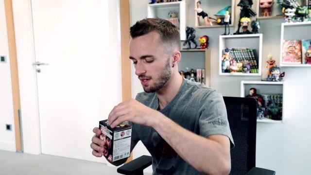 """Le kit d'épilation nasale Gosso dans la vidéo """"J'essaye des objets étranges"""" de Squeezie"""