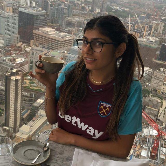 """Le maillot de football de l'équipe de football de Londres """"West Ham"""" de Mia Khalifa sur Instagram"""