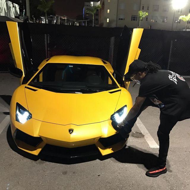 La paire de Adidas Yeezy Boost 350 V2 noire de Quavo sur son