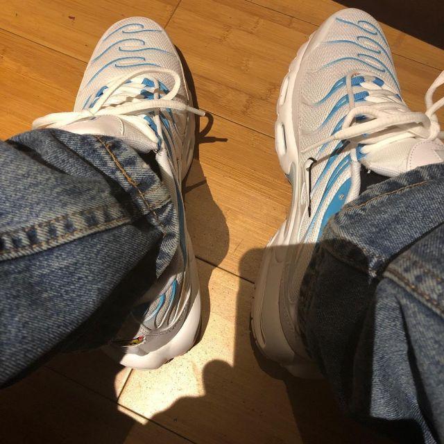 Les sneakers Nike Air Max Plus blanc et bleu de Zola sur son compte Instagram @binkszola