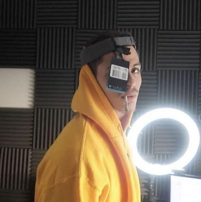 Le pull à capuche EDYNE orange que porte Prime sur son