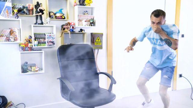 """Le t-shirt bleu clair Nike de Squeezie porté dans sa dernière vidéo """"Les avions nous empoisonnent-ils ?"""""""