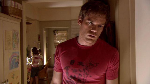 """Le t-shirt rose """"Japan"""" de Dexter Morgan (Michael C. Hall) dans Dexter"""