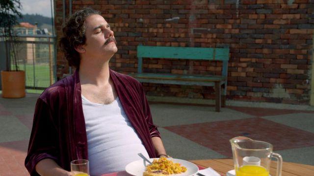 La robe de chambre bordeaux de Pablo Escobar (Wagner Moura) dans Narcos
