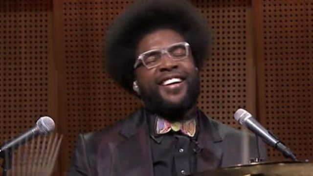le noeud papillon tableau noir de Questlove dans The Tonight Show starring Jimmy Fallon