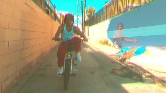 Le débardeur blanc porté par Zola dans son clip California Girl
