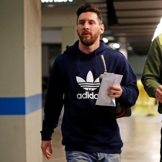 The sweatshirt Adidas navy blue worn by Lionel Messi on his