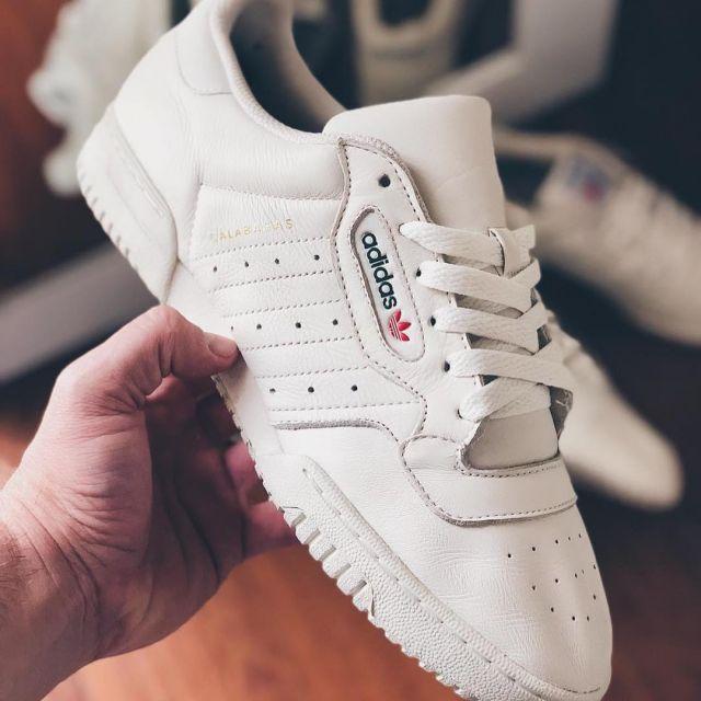 Les adidas yeezy calabasas blanches sur le compte Instagram