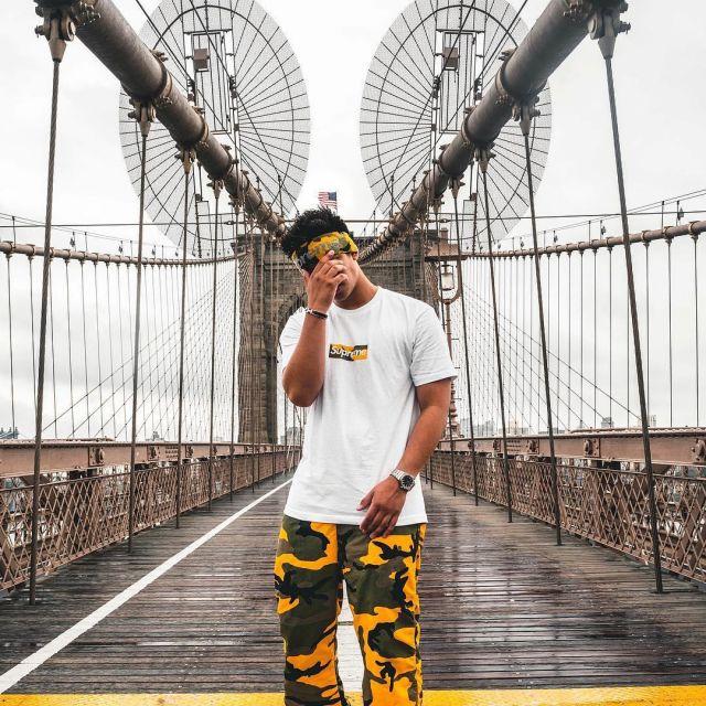 Le bandeau Supreme camo brooklyn que porte l'influenceur et youtubeur Ari Petrou sur son Instagram