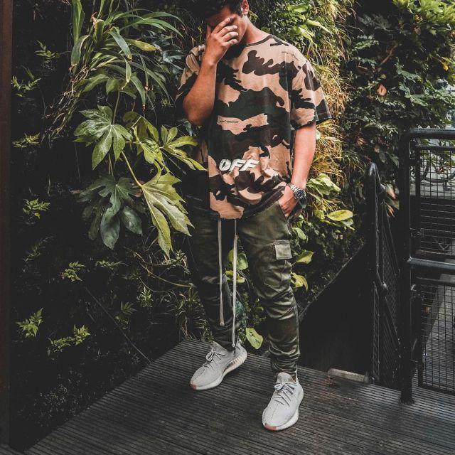 Les Yeezy Boost cream White que porte le youtubeur et influenceur Ari petrou