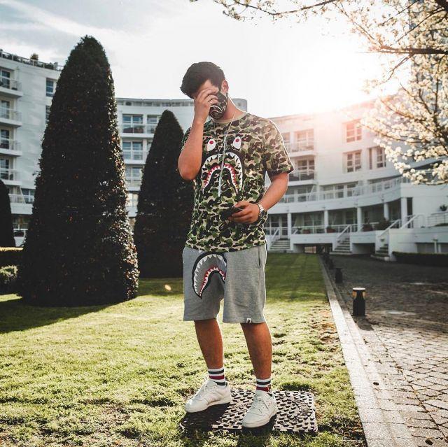 Les Yeezy Powerphase blanches que porte le youtubeur et influenceur Ari Petrou sur son Instagram