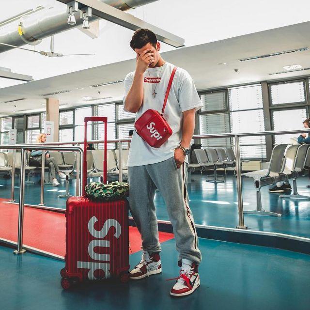 Le pantalon de jogging gris Gucci que porte le youtubeur et influenceur Ari Petrou sur son Instagram