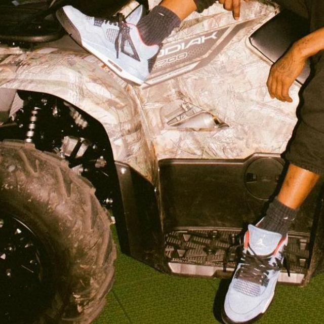 La paire de Jordan 4 Retro Travis Scott Cactus Jack que porte travis scott sur son post Instagram