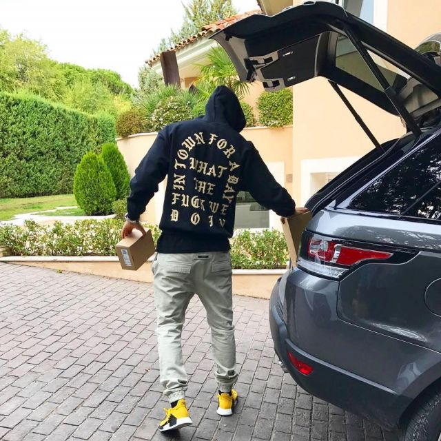 The sneakers Human Race yellow of Karim Benzema on his