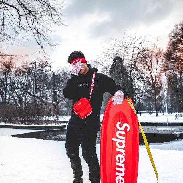 Le bandeau rouge Supreme que porte le youtubeur et influenceur Ari Petrou sur son Instagram