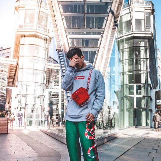Le hoodie box logo gris que porte le youtubeur et influenceur Ari Petrou sur son Instagram