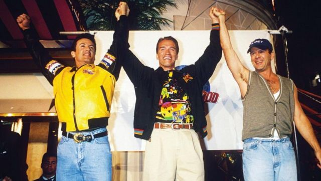 La chemise bariolée Planet Hollywood portée par Arnold Schwarzenegger lors de l'inauguration du Planet Hollywood de Londres en 1993
