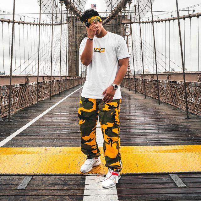 Le pantalon Supreme Warm Up Pant Yellow Camo vu sur le compte Instagram de Ari Petrou