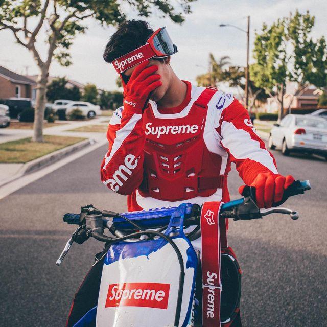 Le masque Supreme Fox Racing VUE Goggles Red vu sur le compte Instagram de Ari Petrou