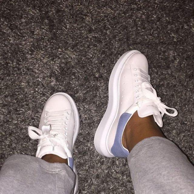 Les sneakers blanches Mc Queen vues sur le compte Instagram
