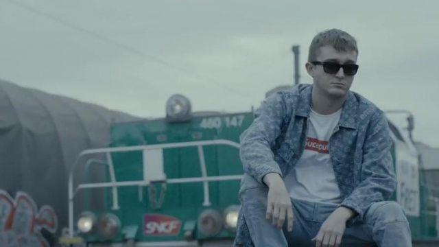 """La veste bleue à imprimés portée par Vald dans la vidéo """"Les Marches de L'Empereur"""" S03E1 de ALKPOTE"""