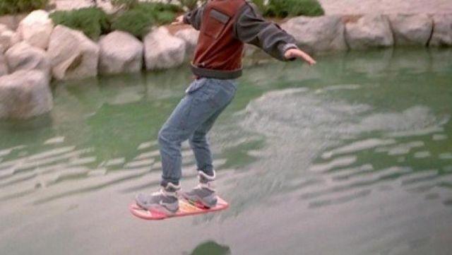 La réplique de l'Hoverboard de Marty McFly (Michael J. Fox) dans Retour vers le Futur II